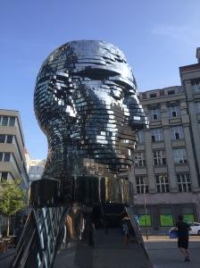 Er setzt sich aus 42 Ebenen zusammen, ist elf Meter hoch und wiegt fast 40 Tonnen.... gebaut von David Černy